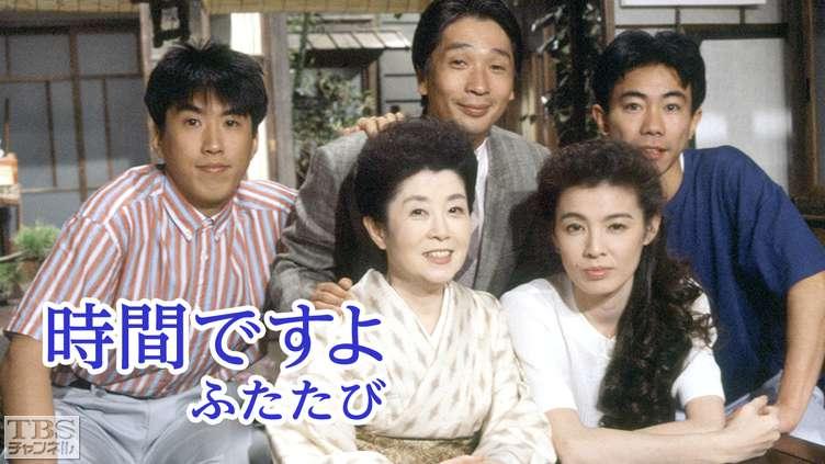 ドラマ内にて白いシャツですました顔で机に肘をのせる篠ひろ子