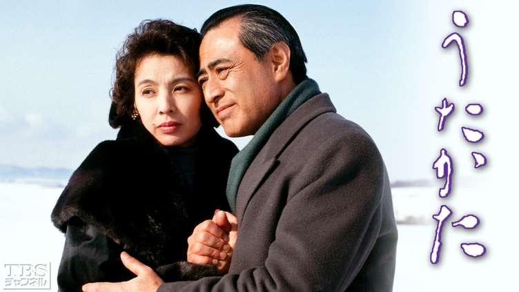 ドラマ内にて黒い毛皮のコートを着て男性と遠くを見つめる篠ひろ子